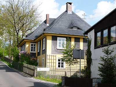 ... Der 1883 Durch Zusammenlegung Zweier Höfe Entstanden War. Das Haus  Selbst Wurde 1921 Als Repräsentativer Wohnbau Von Christoph Küspert  Errichtet.
